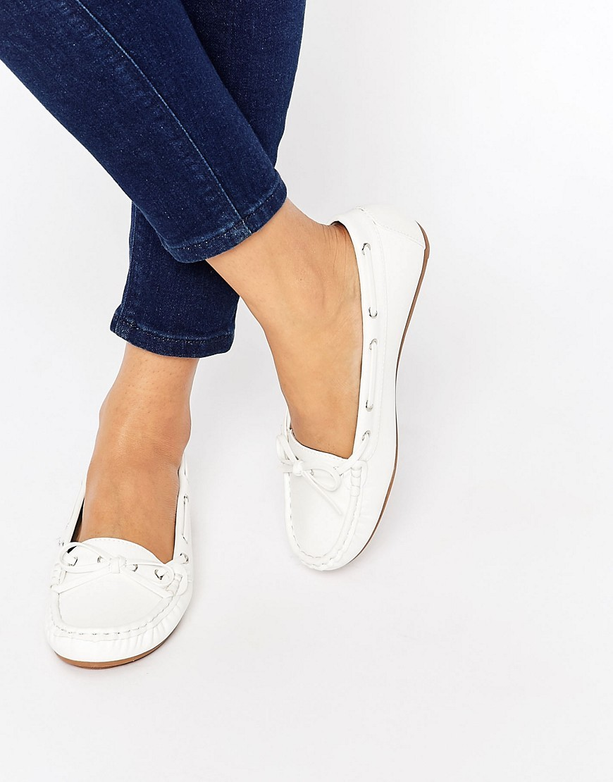 Master Flat Shoes White Tumbled - predominant colour: white; occasions: casual, creative work; material: faux leather; heel height: flat; toe: round toe; style: loafers; finish: plain; pattern: plain; season: s/s 2016; wardrobe: basic